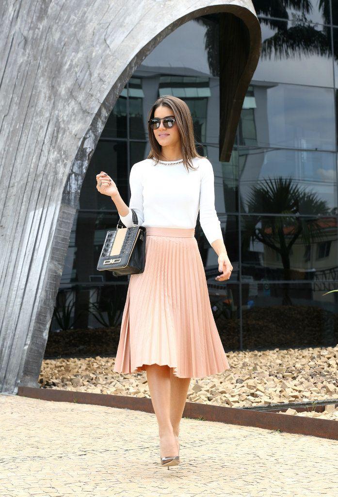 311c40146 ... escolha vestidos ou conjuntos de saia e blusa mais arrumados. Já para  momentos de diversão e lazer, procure por looks mais despojados como saia e  blusa ...