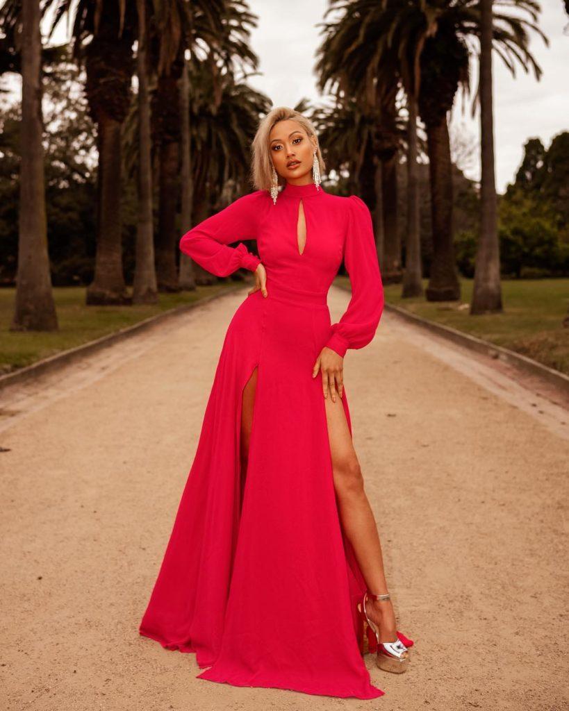 6989c896d Existem diversos modelos de vestidos lisos longos, dos mais rodados aos  justos. A seguir, confira os que estarão sendo tendência este ano!